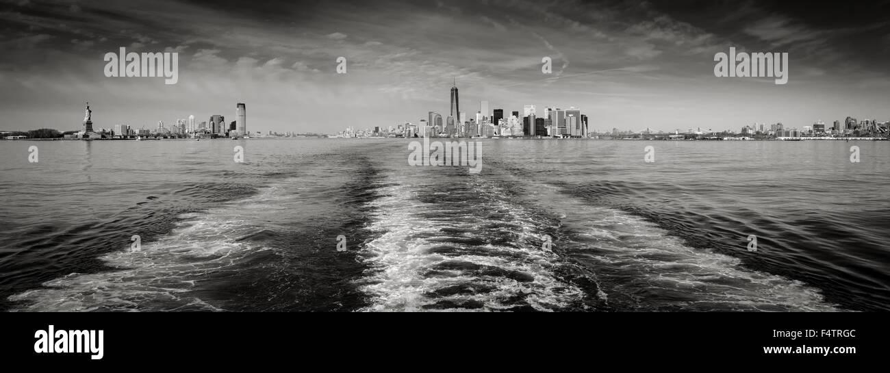 Vista panoramica in bianco e nero di New York skyline di Manhattan e il distretto finanziario di grattacieli e la Immagini Stock