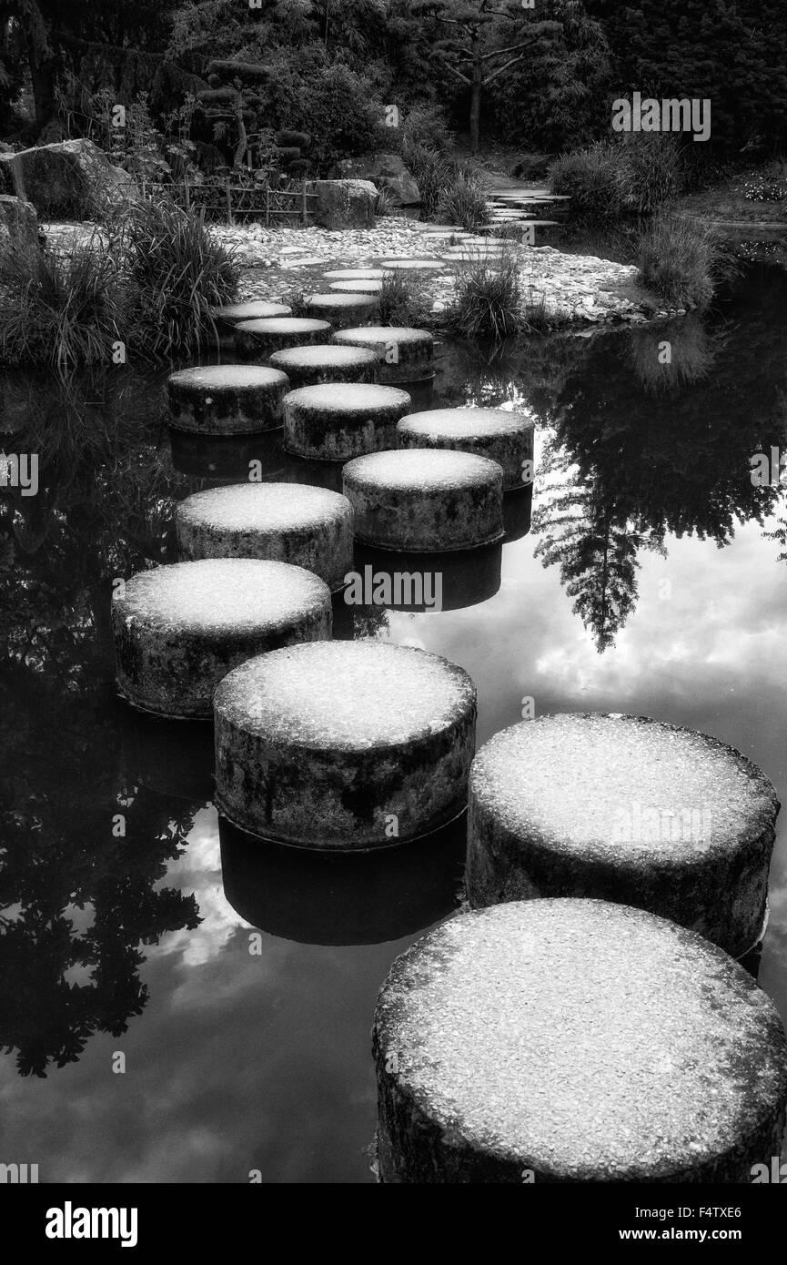 Ille De Versailles giardino Giapponese stagno con pietre miliari in Nantes Francia, acqua tranquilla riflessioni Immagini Stock