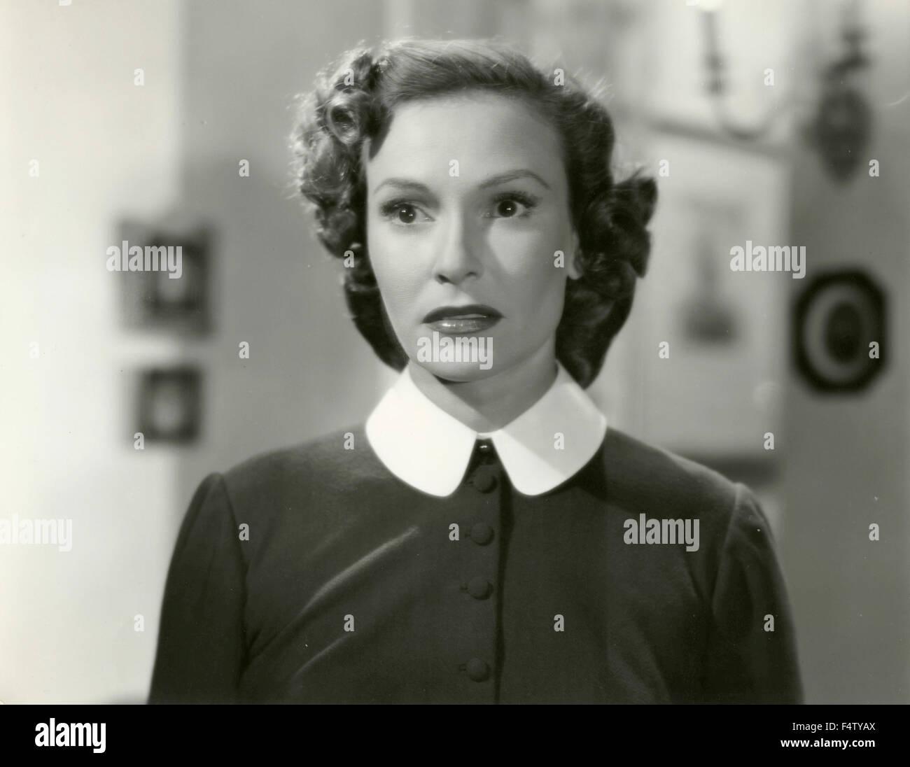 Un attrice che indossa un abito nero con colletto bianco round Immagini Stock