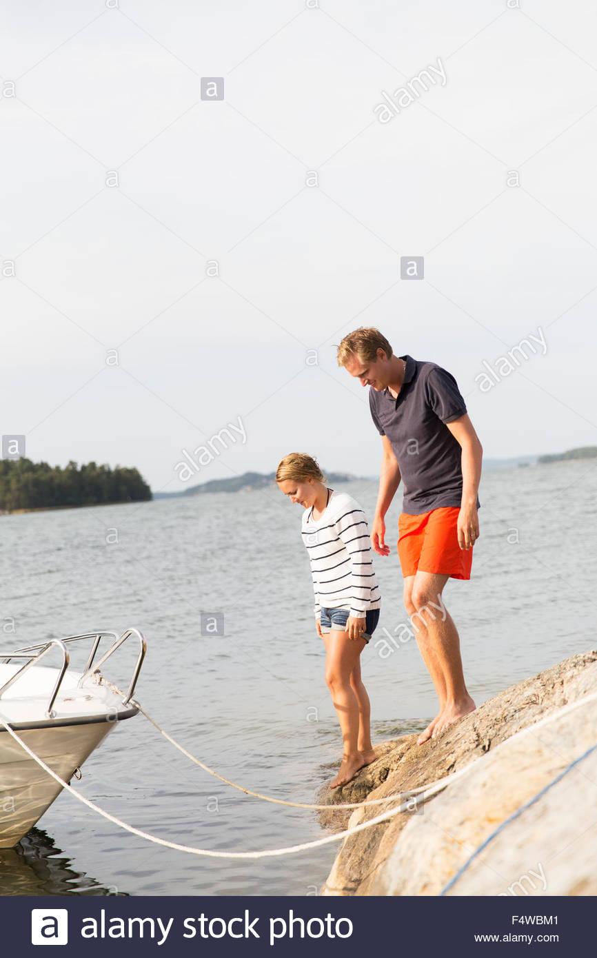 La Svezia, arcipelago di Stoccolma, Sodermanland, Morko, giovane sul lungolago Immagini Stock
