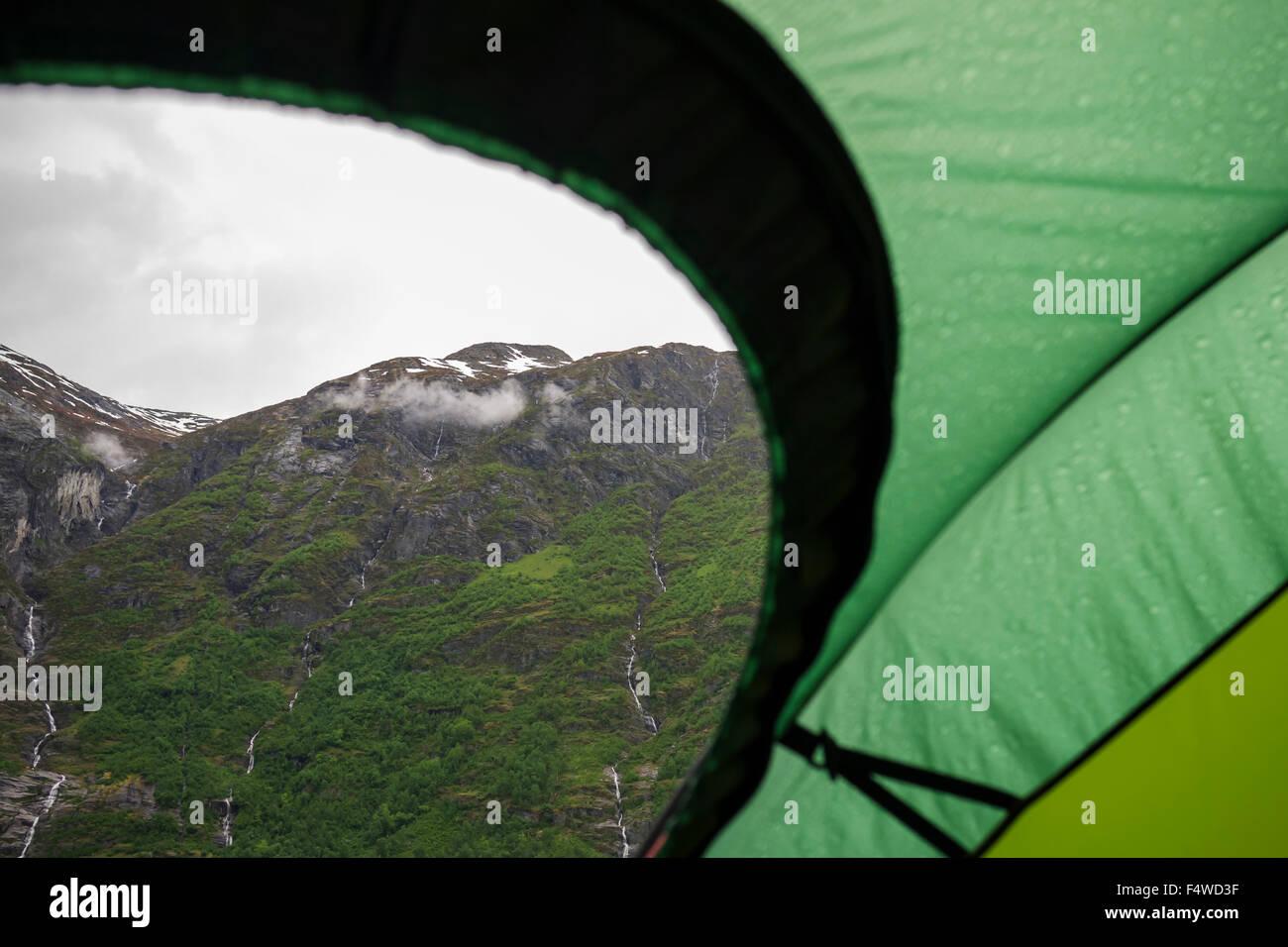 Norvegia Sogn og Fjordane, Stryn, Mountain Range vedendo dalla tenda Immagini Stock