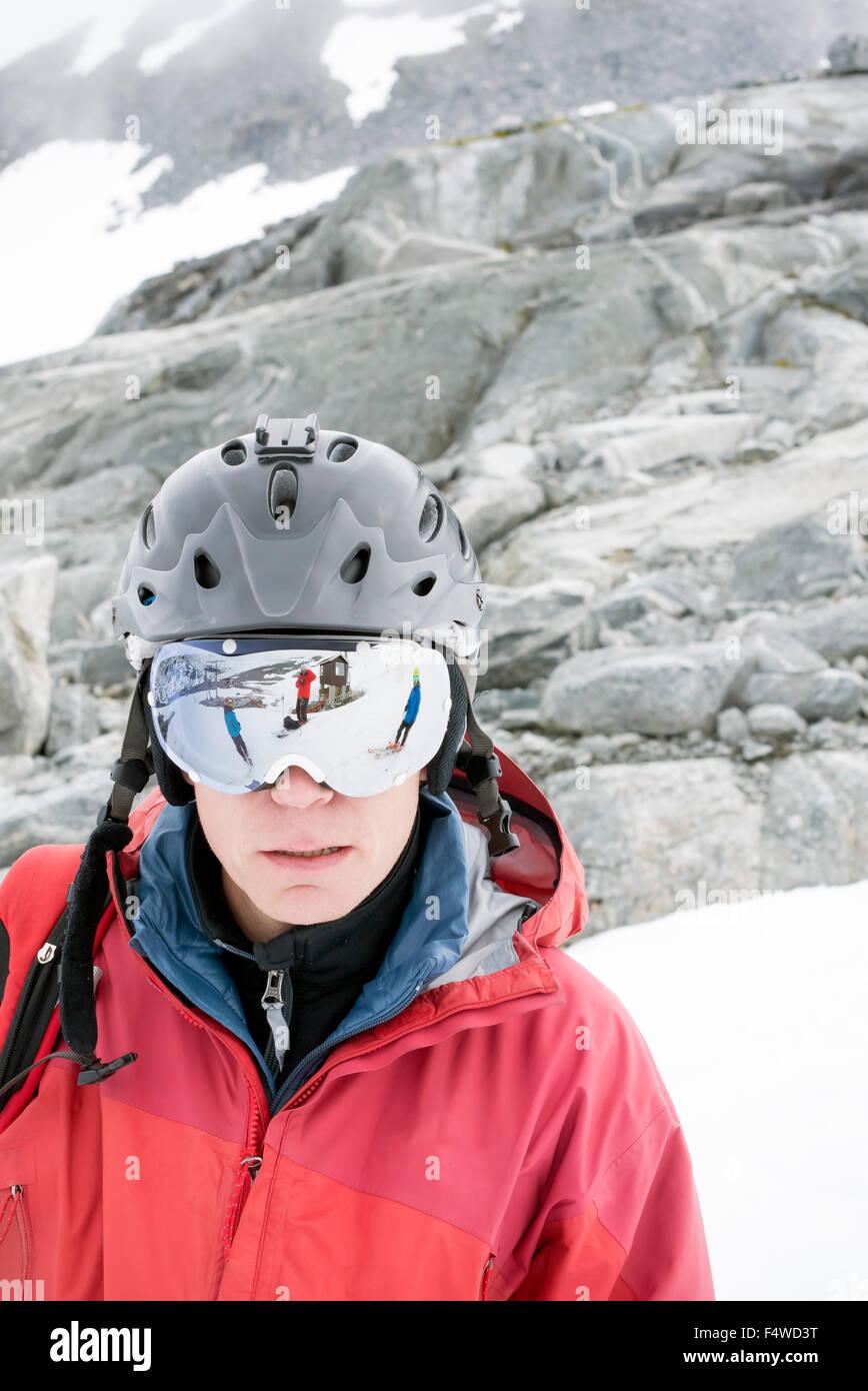 Ritratto di uomo che indossa il casco e occhiali da sci Immagini Stock