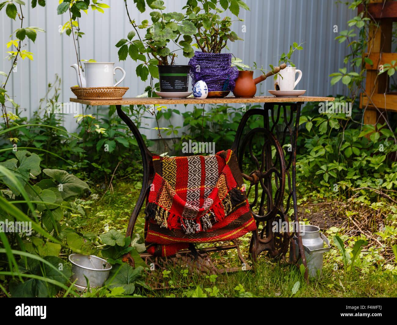 Decorazioni Da Giardino : Vecchia macchina da cucire come elemento di decorazione da