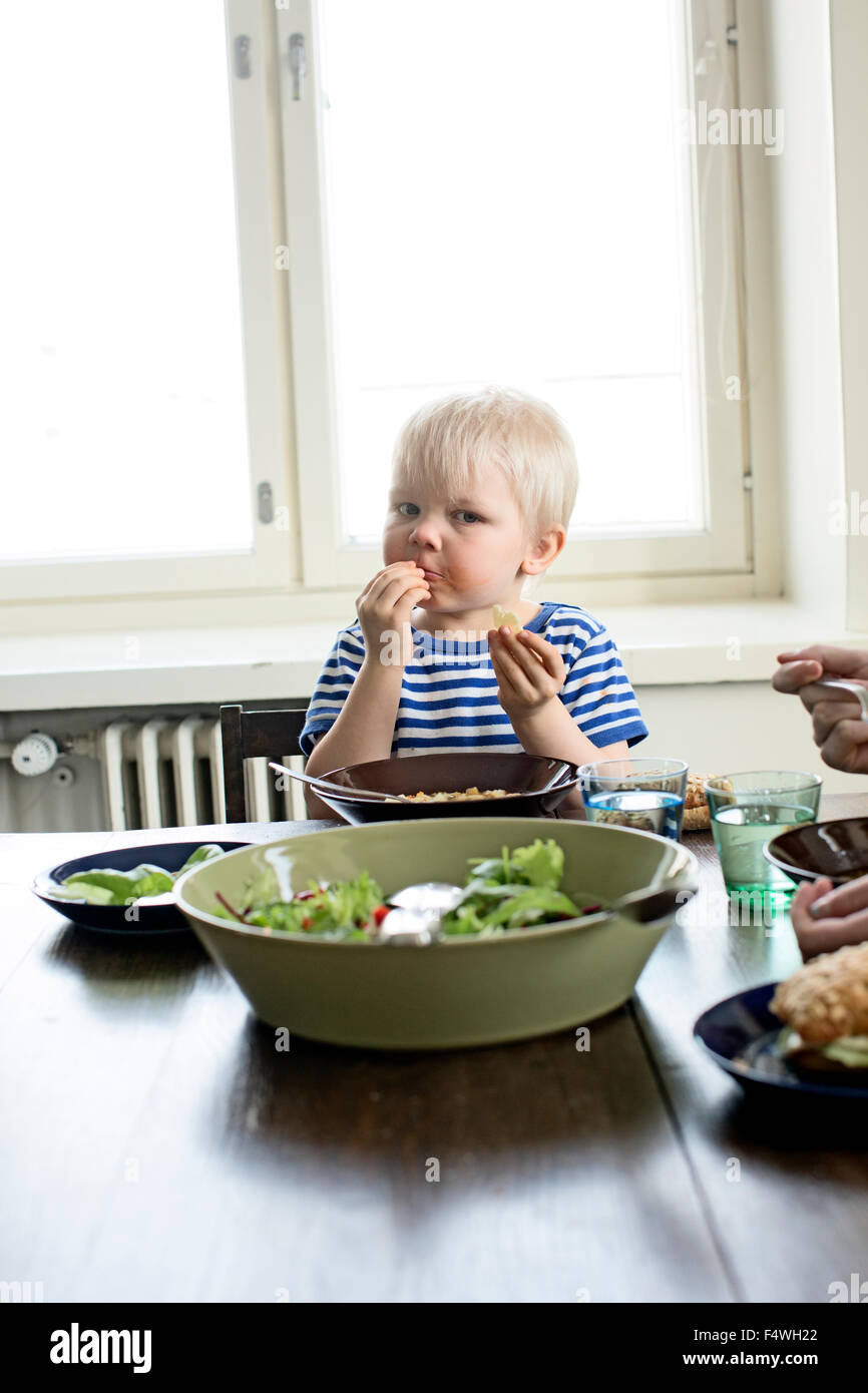 Finlandia, Helsinki, Kallio, ragazzo di mangiare il pranzo Immagini Stock