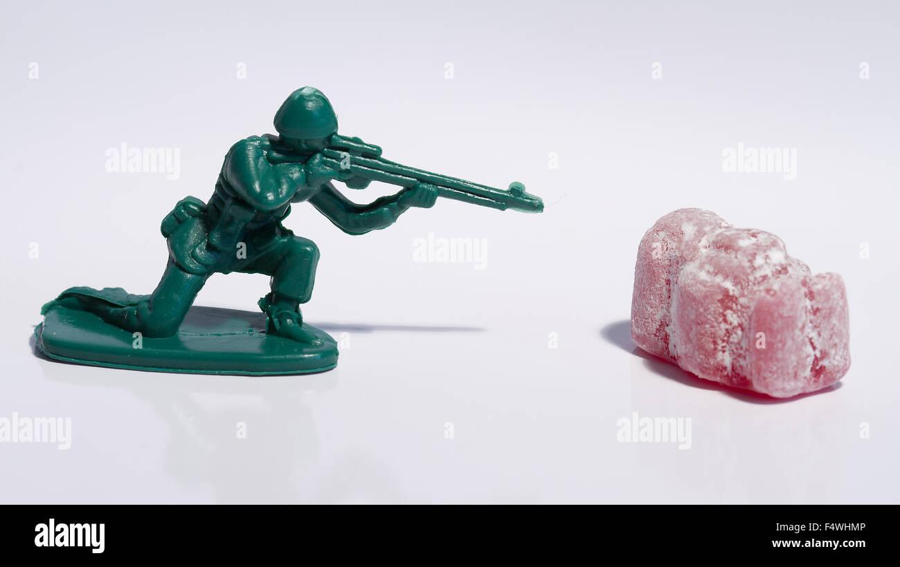 Jelly Baby combattendo contro un esercito di soldati pistole Immagini Stock