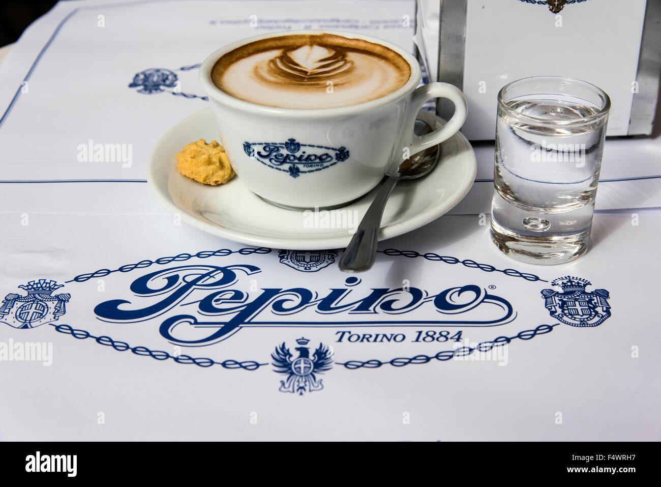 Tazza da colazione servita presso il Caffe Pepino, Torino, Piemonte, Italia Immagini Stock