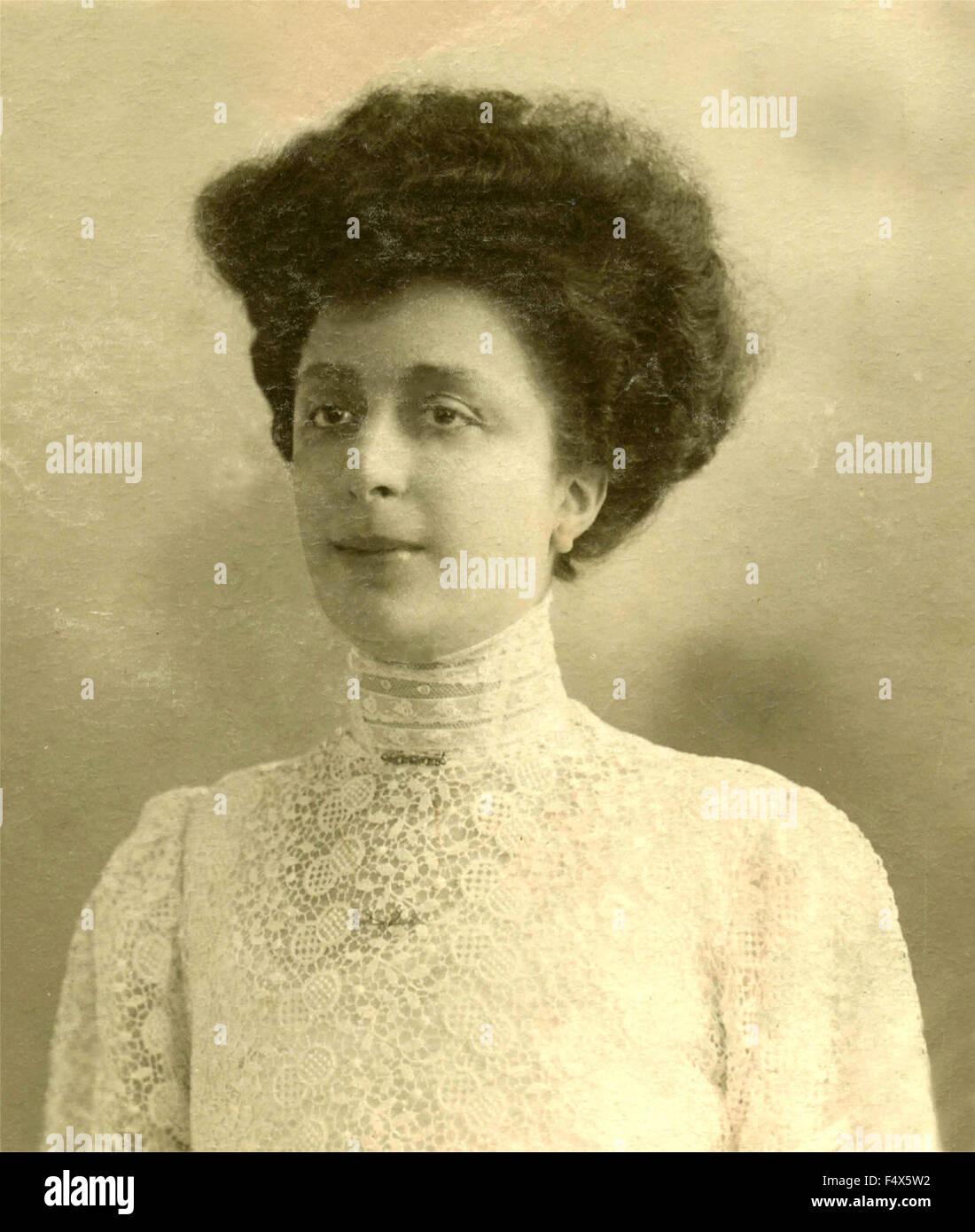 Ritratto di una donna con un bianco Abito in pizzo con colletto alto ... 4c45f6df136