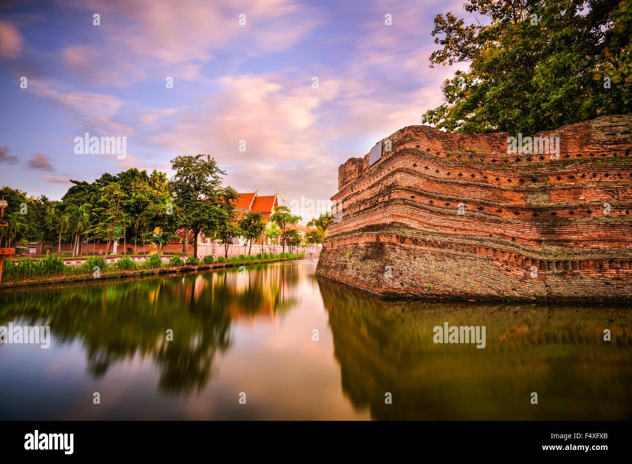 Chiang Mai, Thailandia vecchia città antiche mura e il fossato. Immagini Stock