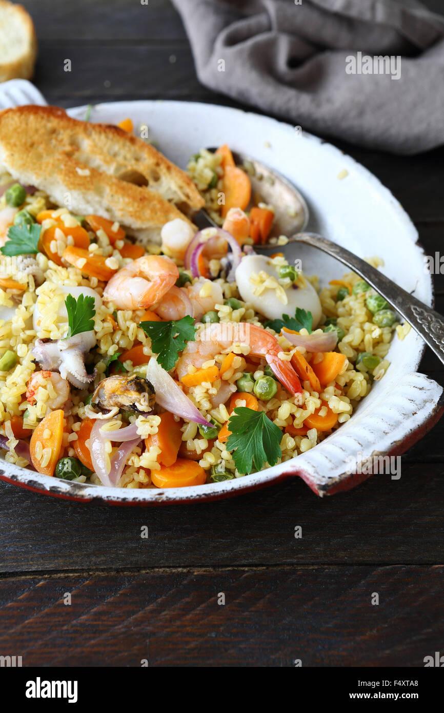 La paella con bulgur, cibo closeup Immagini Stock