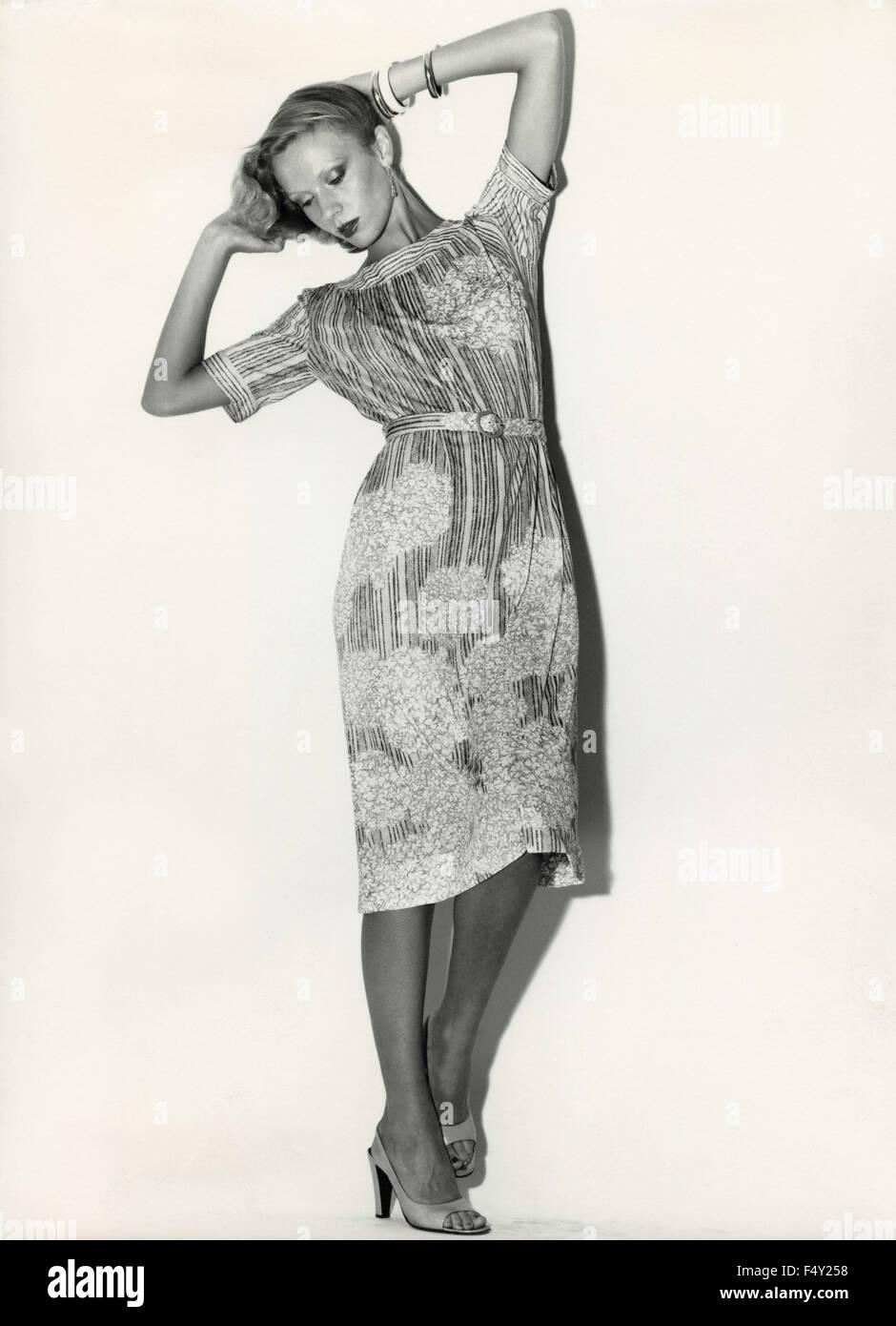 Un modello indossa un abito tessuto stampato con strisce e fiori Immagini Stock