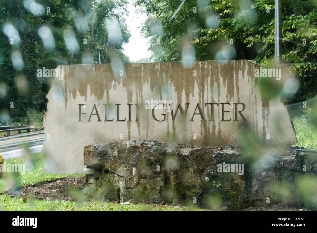 Fallingwater cartello stradale sotto la pioggia. Foto Stock
