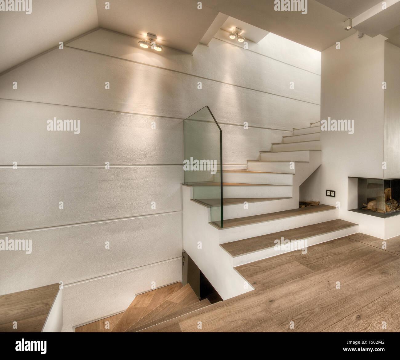 White scalone interno e camino stile moderno appartamento for Appartamento stile moderno