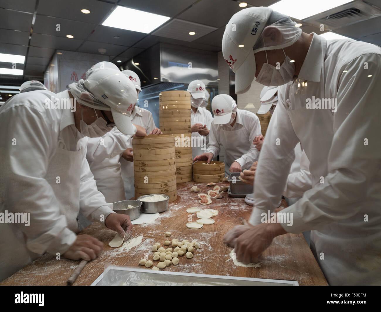 Chef presso la Din Tai Feng Restaurant in Taipei 101 crea il ristorante la zuppa di firma gnocchi Immagini Stock