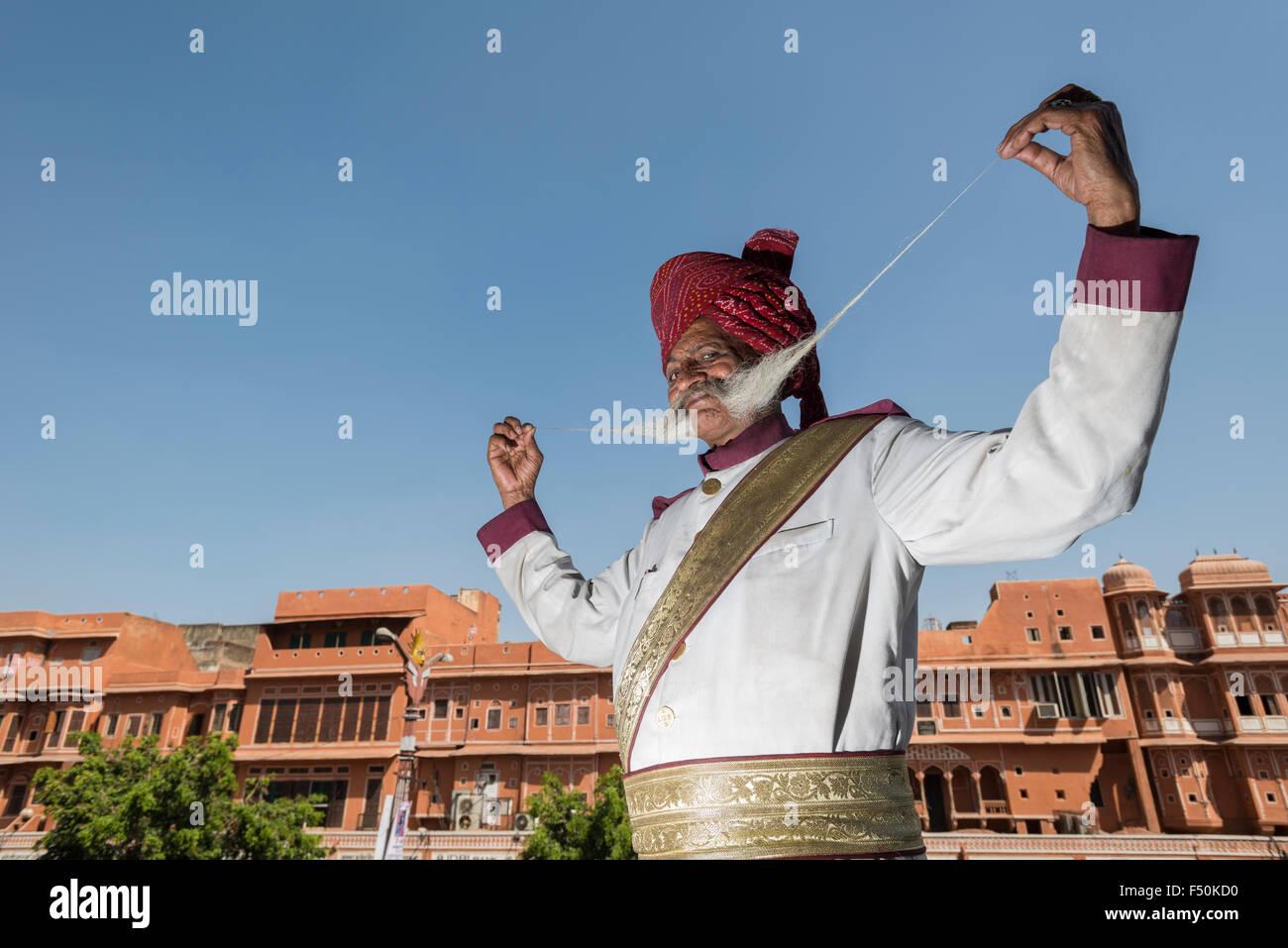 Un uomo anziano, rajput, è fiera di presentare il suo più di un metro lungo i baffi in una piccola strada Immagini Stock