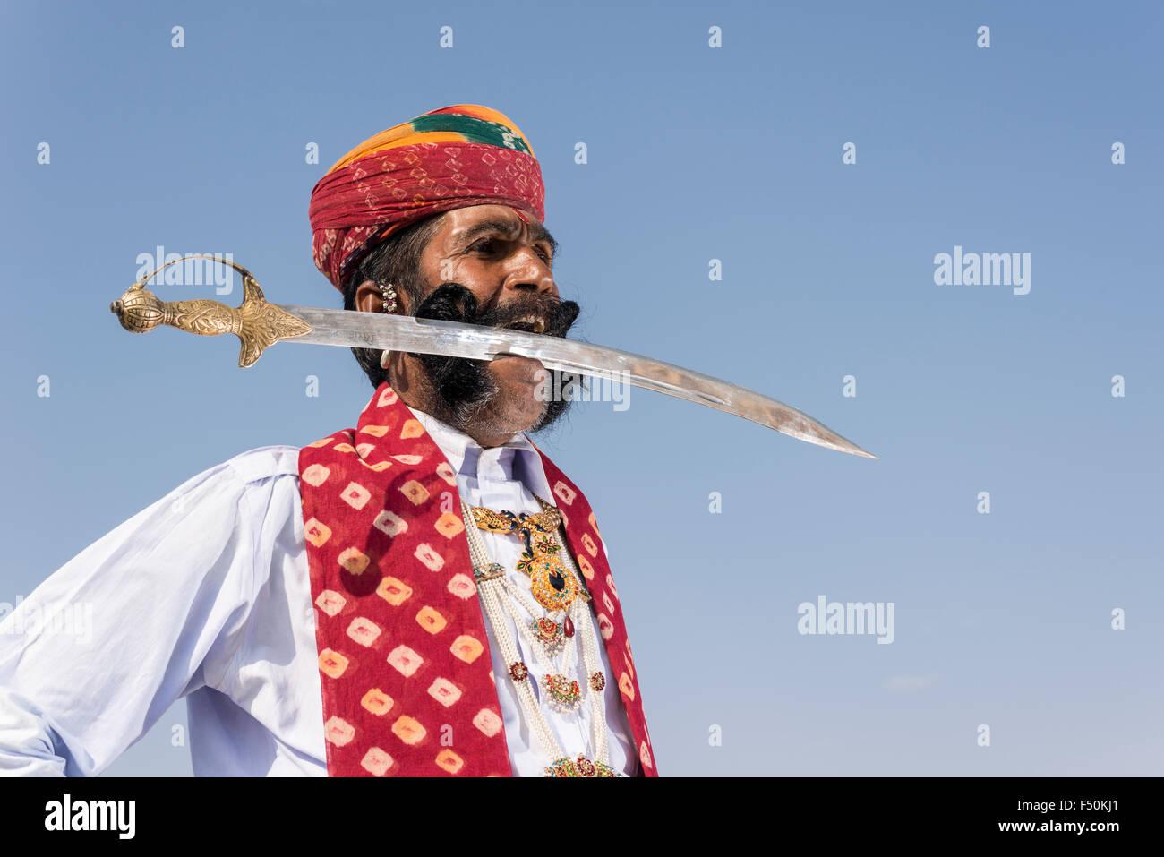 Vijai kumar modi, un rajput con un 1,50 metri baffi neri, è in posa con una spada tra i suoi denti Immagini Stock