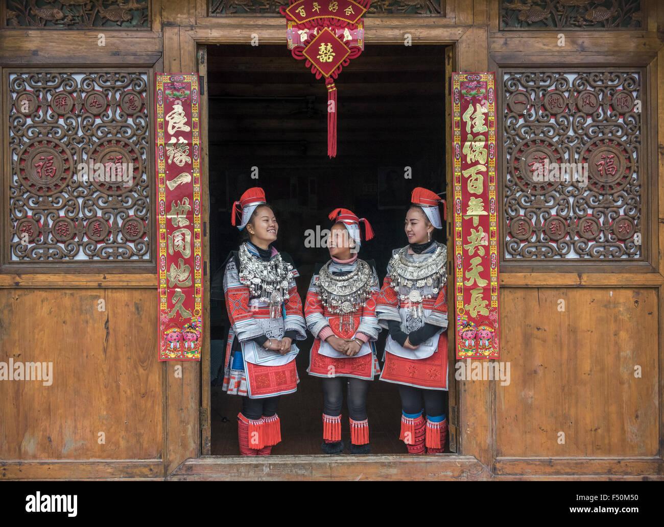 Ge Jia appartenenti a una minoranza etnica di donne in costumi tradizionali, Matang Village, Guizhou, Cina Immagini Stock