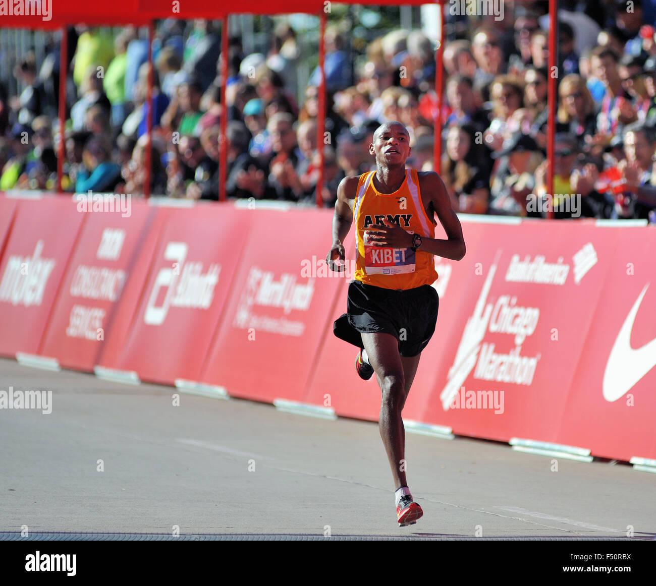 Elkanah Kibet degli Stati Uniti si avvicina al traguardo del 2015 Maratona di Chicago. Chicago, Illinois, Stati Immagini Stock