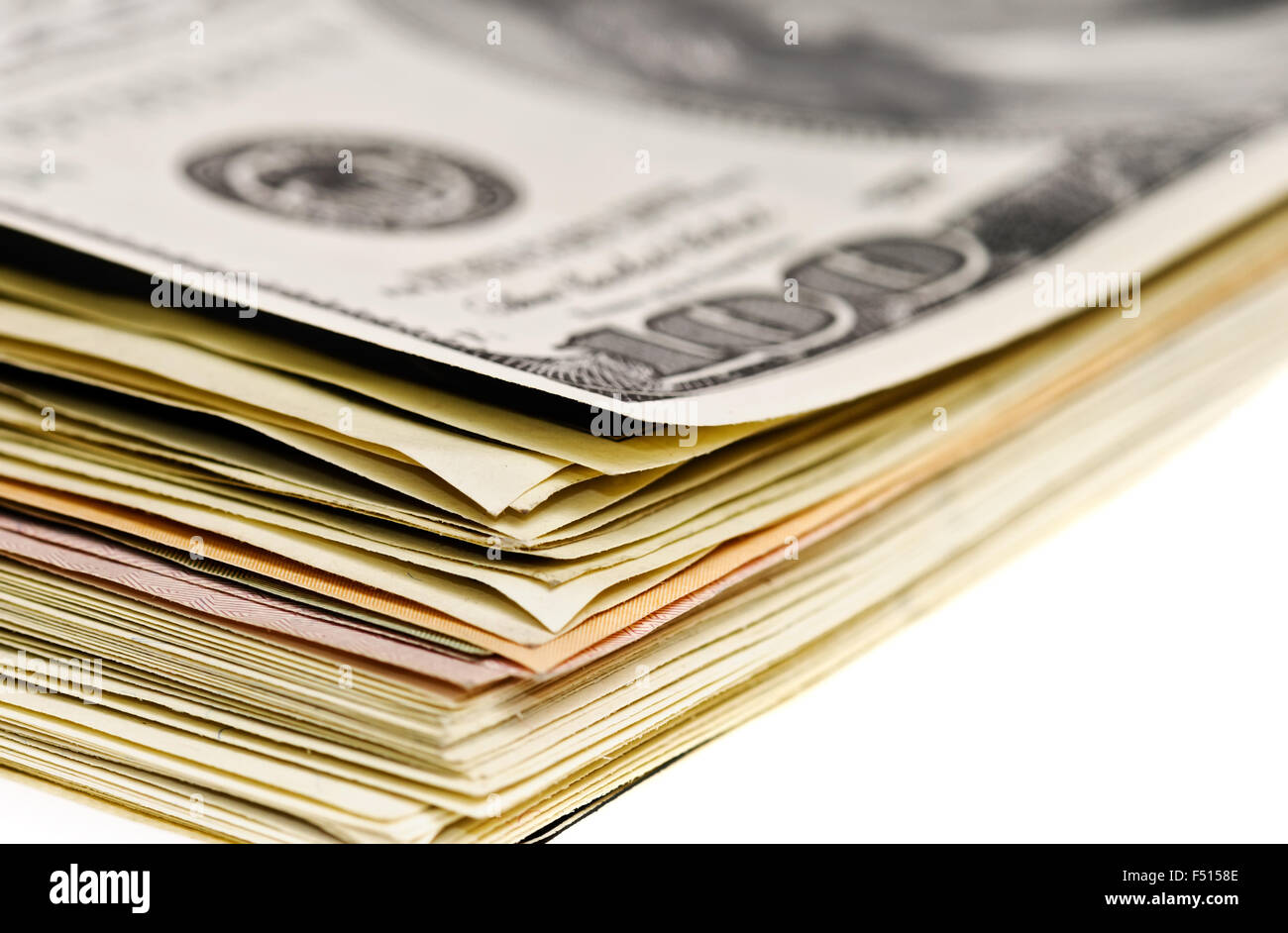 Pila di banconote di dollari vista macro isolato su bianco Immagini Stock