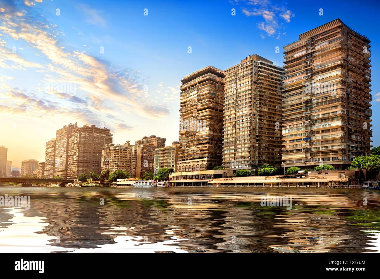 Edifici del Cairo sulla sponda del Nilo Immagini Stock