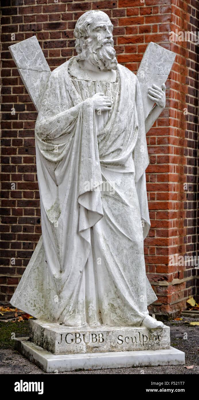 Scultura di St Andrew al di fuori di St Andrews Chiesa di Scozia Aldershot da J G Bubb 1782-1853, un prolifico scultore Immagini Stock