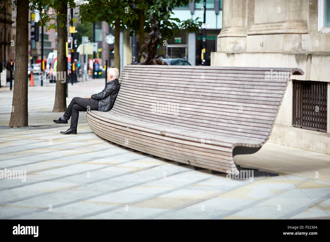 Pubblico moderno panche a sedere fuori biblioteca centrale for Arredo urbano in inglese