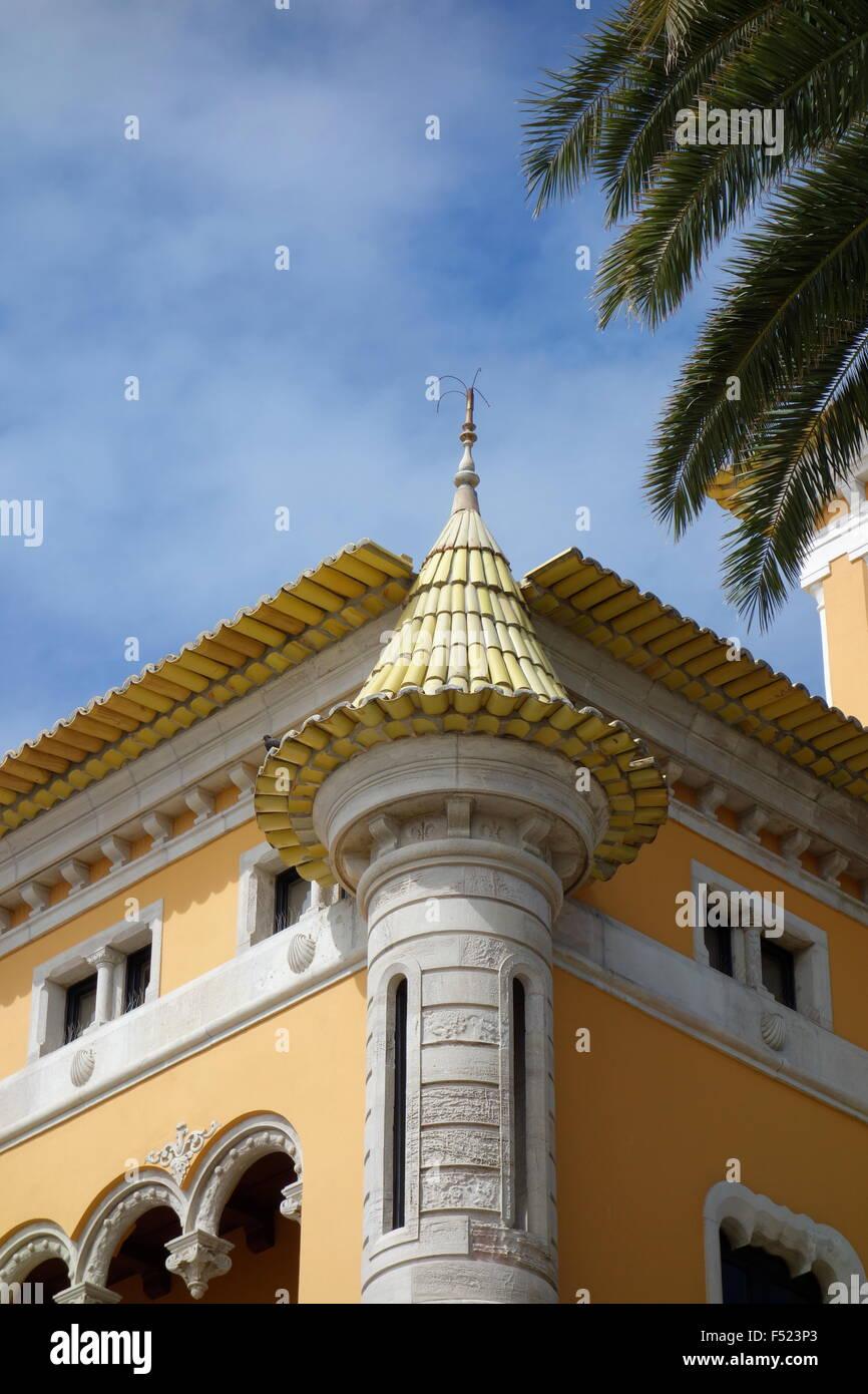 C tardo XIX secolo seafront villa Cascais Portogallo torretta con vetrate torretta giallo ed Eaves Immagini Stock