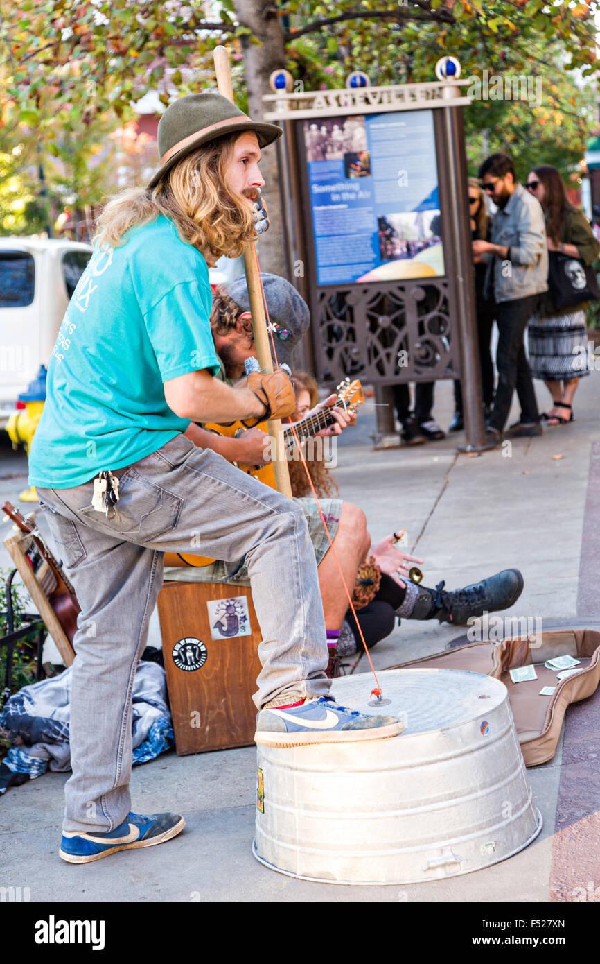 Musicisti di strada busk davanti Pritchard Park di Asheville, North Carolina. Foto Stock