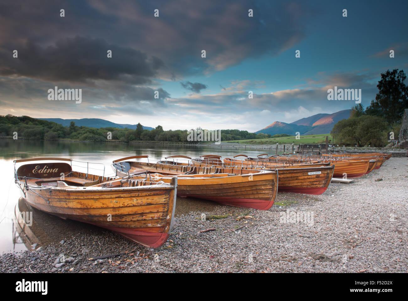 Barche a remi sulla riva del Derwent Water Near Keswick al tramonto, Lake District, Cumbria, Regno Unito, GB Immagini Stock