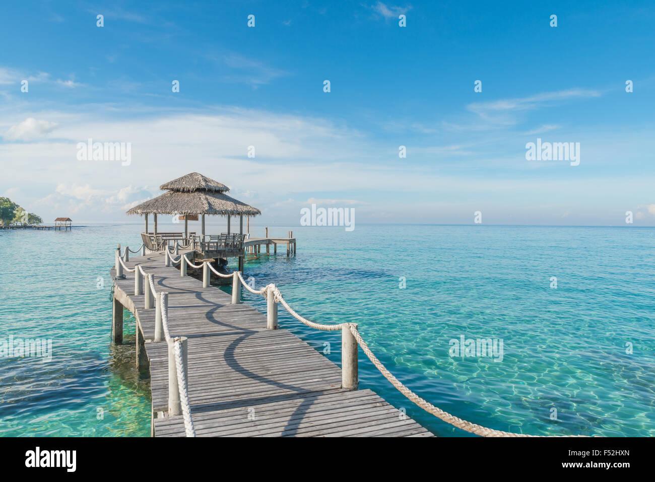 Estate, Viaggi, vacanze e concetto di vacanza - molo in legno in Phuket, Tailandia Immagini Stock
