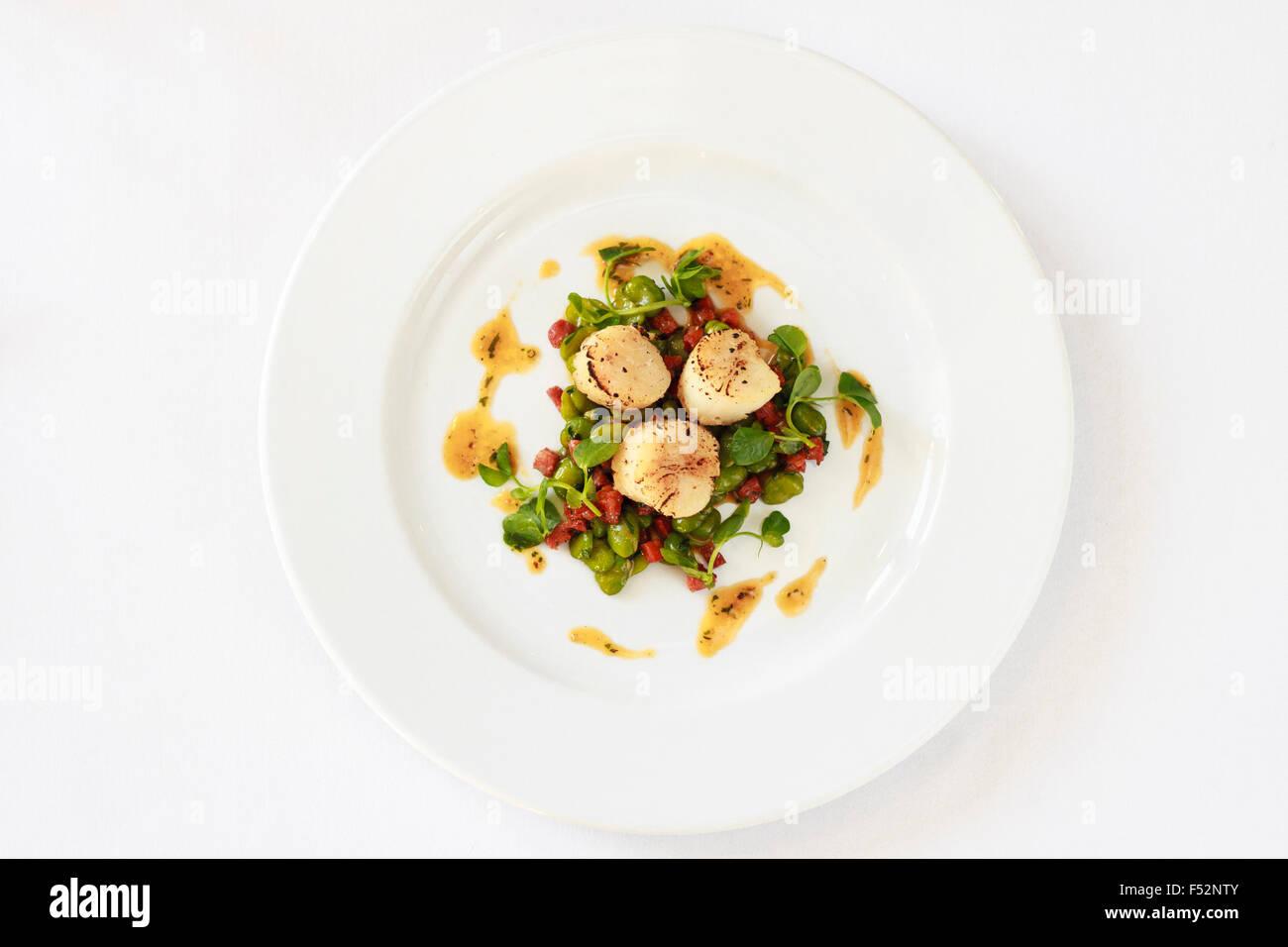Vista superiore del Pan di capesante fritte fave & chorizo Immagini Stock