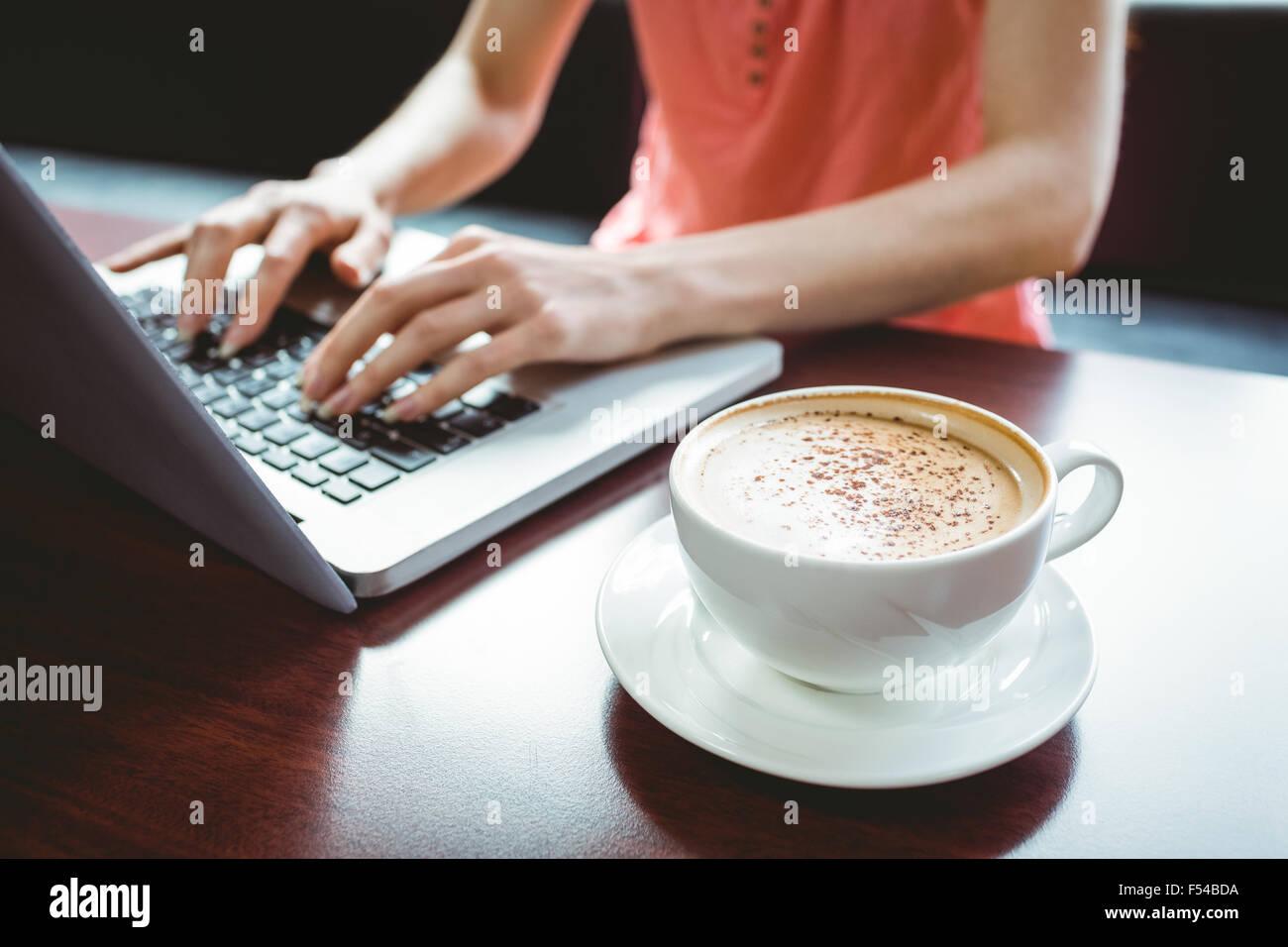 Coppia studente utilizzando laptop in cafe Immagini Stock