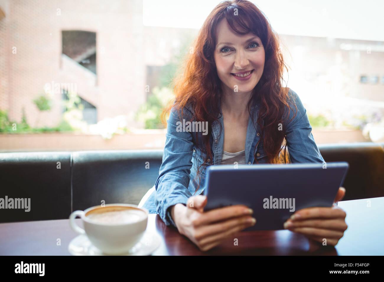 Coppia studente utilizzando tablet in cafe Immagini Stock