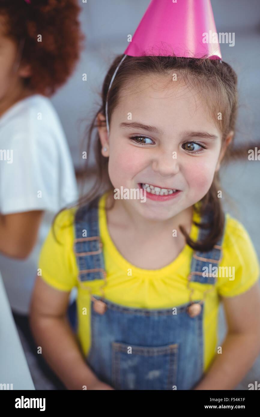Entusiasti kids godendo di una festa di compleanno Immagini Stock