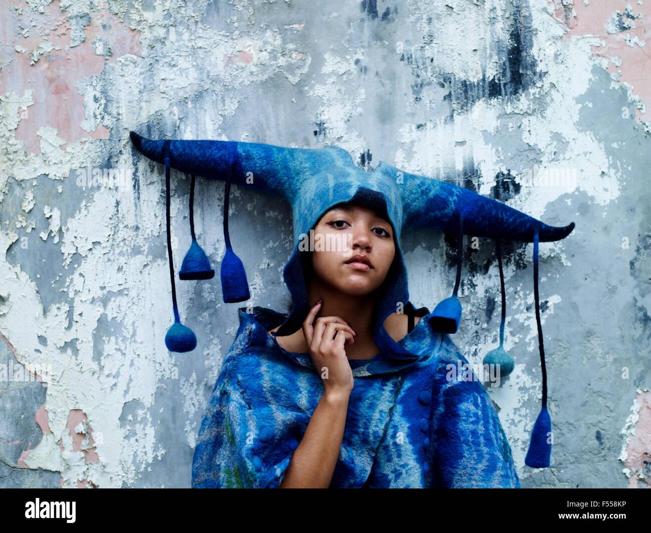Un feltro maschera indossata da un modello. Queste maschere sono spesso indossati per il teatro e la moda Productions. Immagini Stock