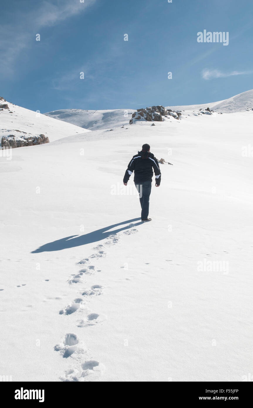 Uomo a camminare sulla neve Faraya Kesrwan Libano Medio Oriente Immagini Stock
