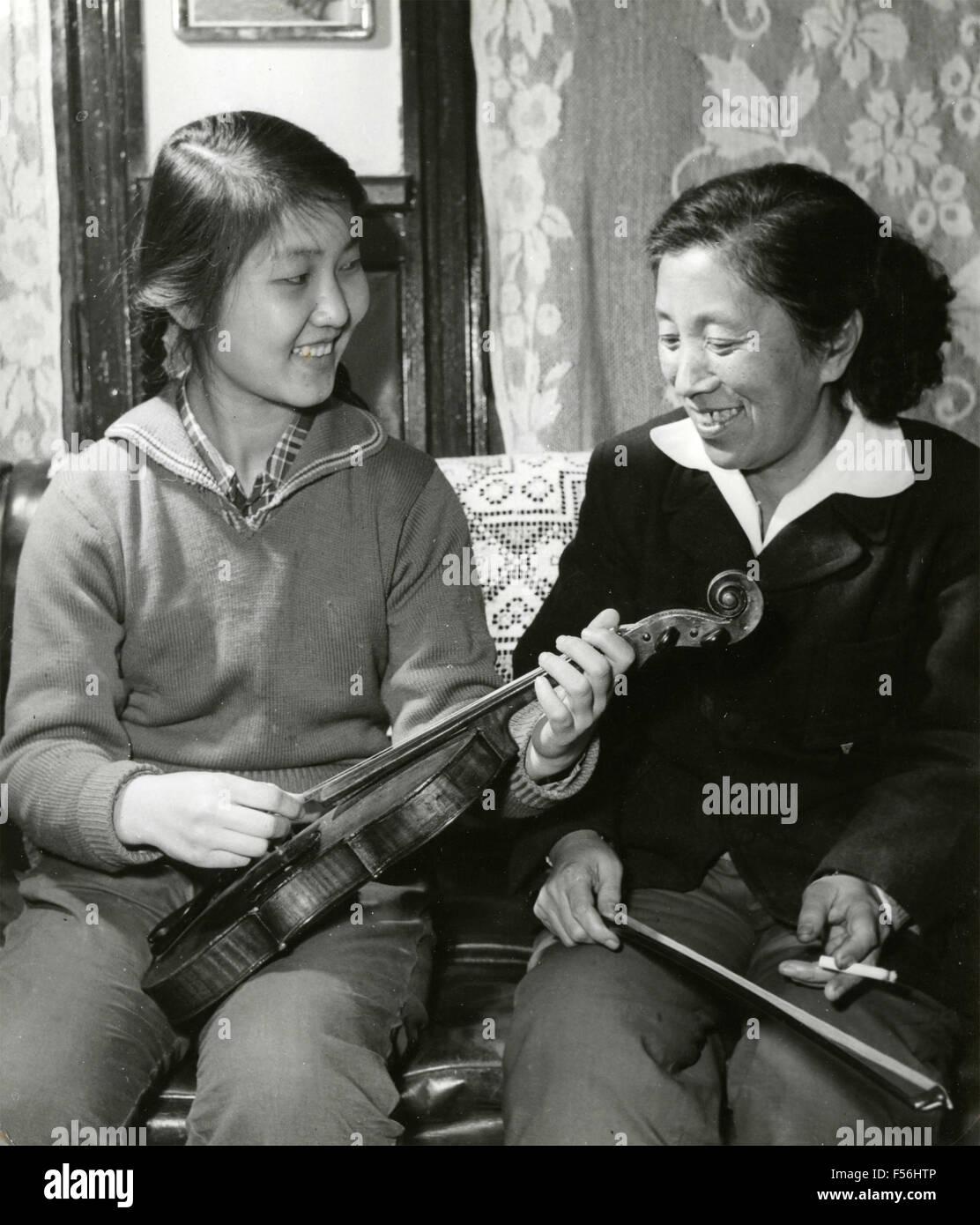 Lu Ying, vice sindaco di Fushun Colliery, con sua figlia, Cina Immagini Stock