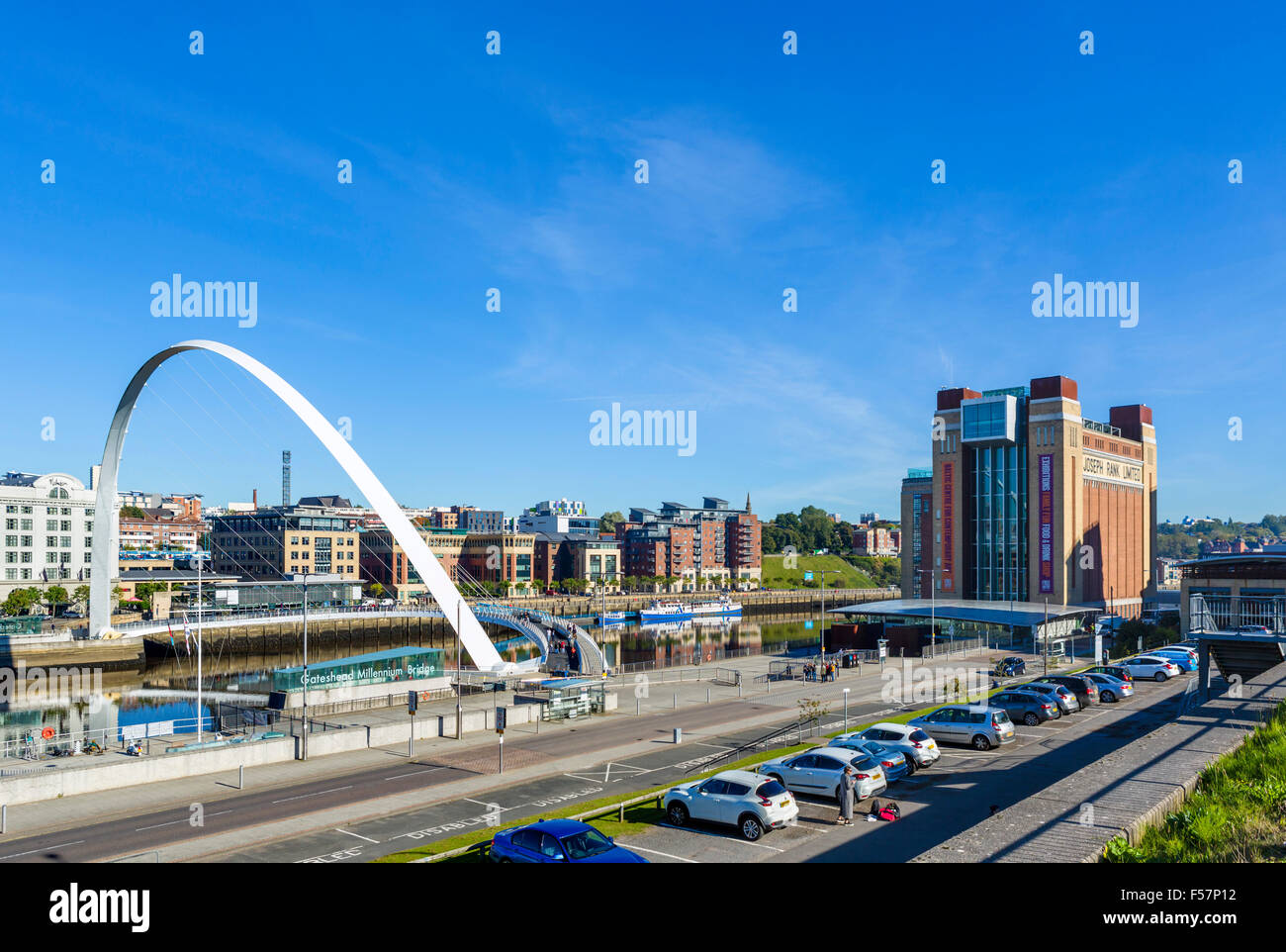 Gateshead Millennium Bridge e il Baltic Centre for Contemporary Arts sul fiume Tyne, Quayside, Gatesehead, Tyne Foto Stock