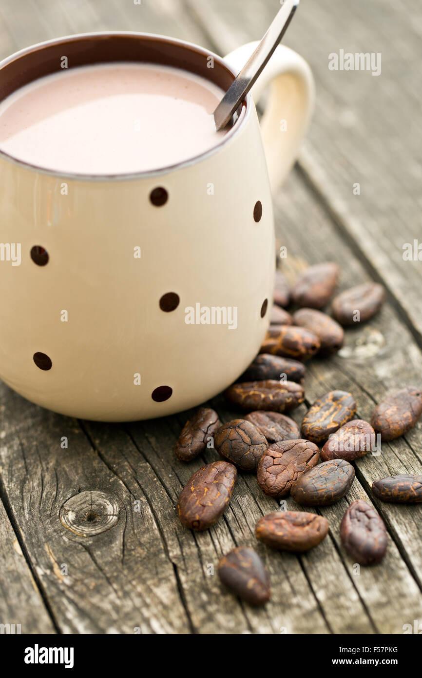La bevanda di cacao e fave di cacao su vecchio tavolo in legno Foto Stock