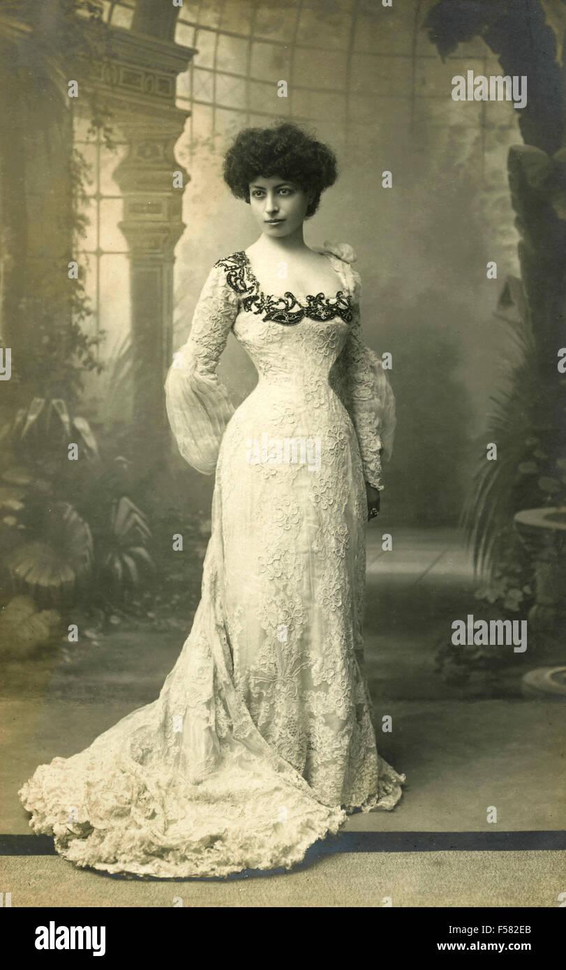 Ritratto di una donna con abiti lunghi con pizzo 1c1ee5ac258