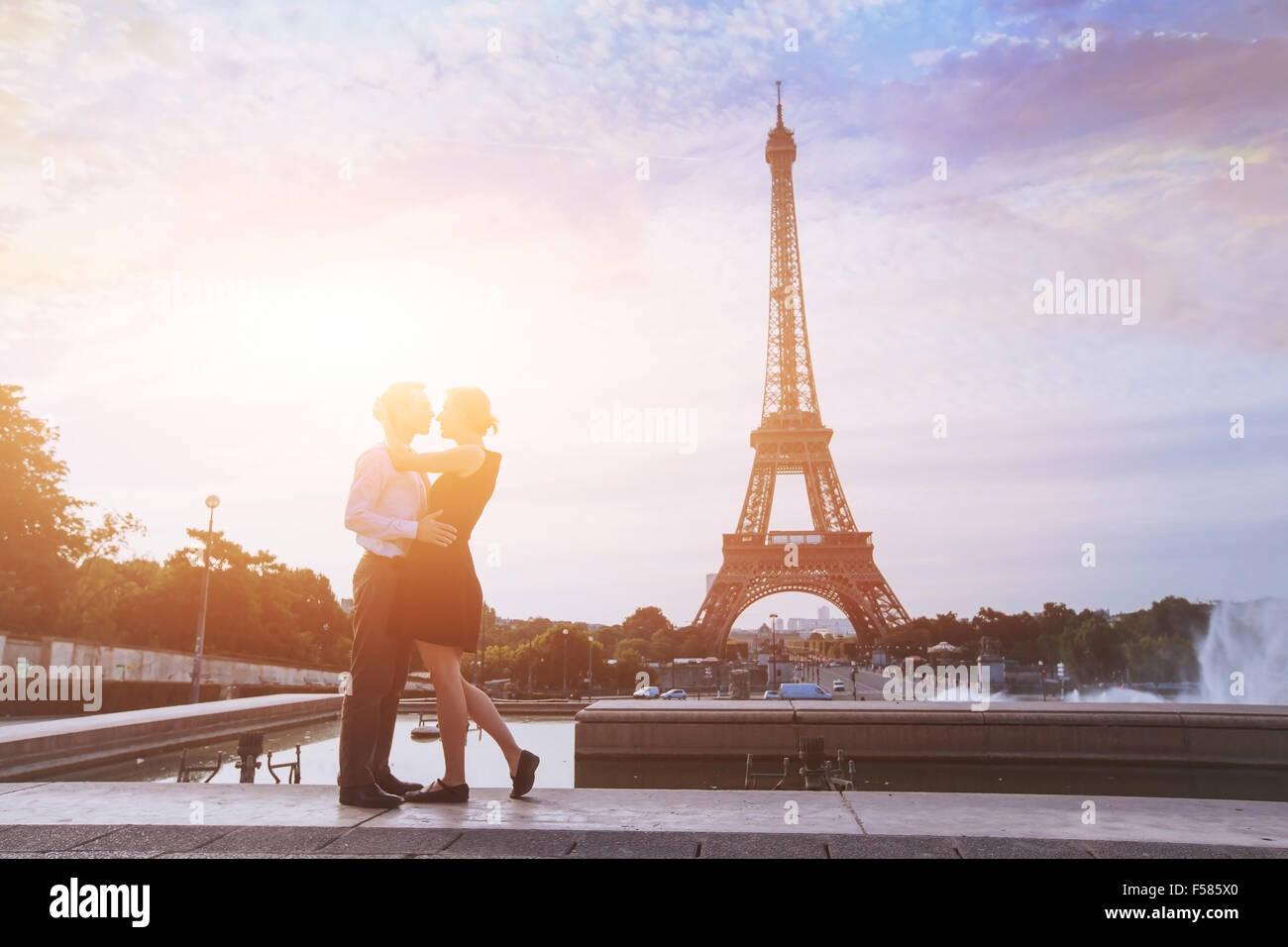 Luna di miele a Parigi, vacanze romantiche per amare giovane in Francia Immagini Stock