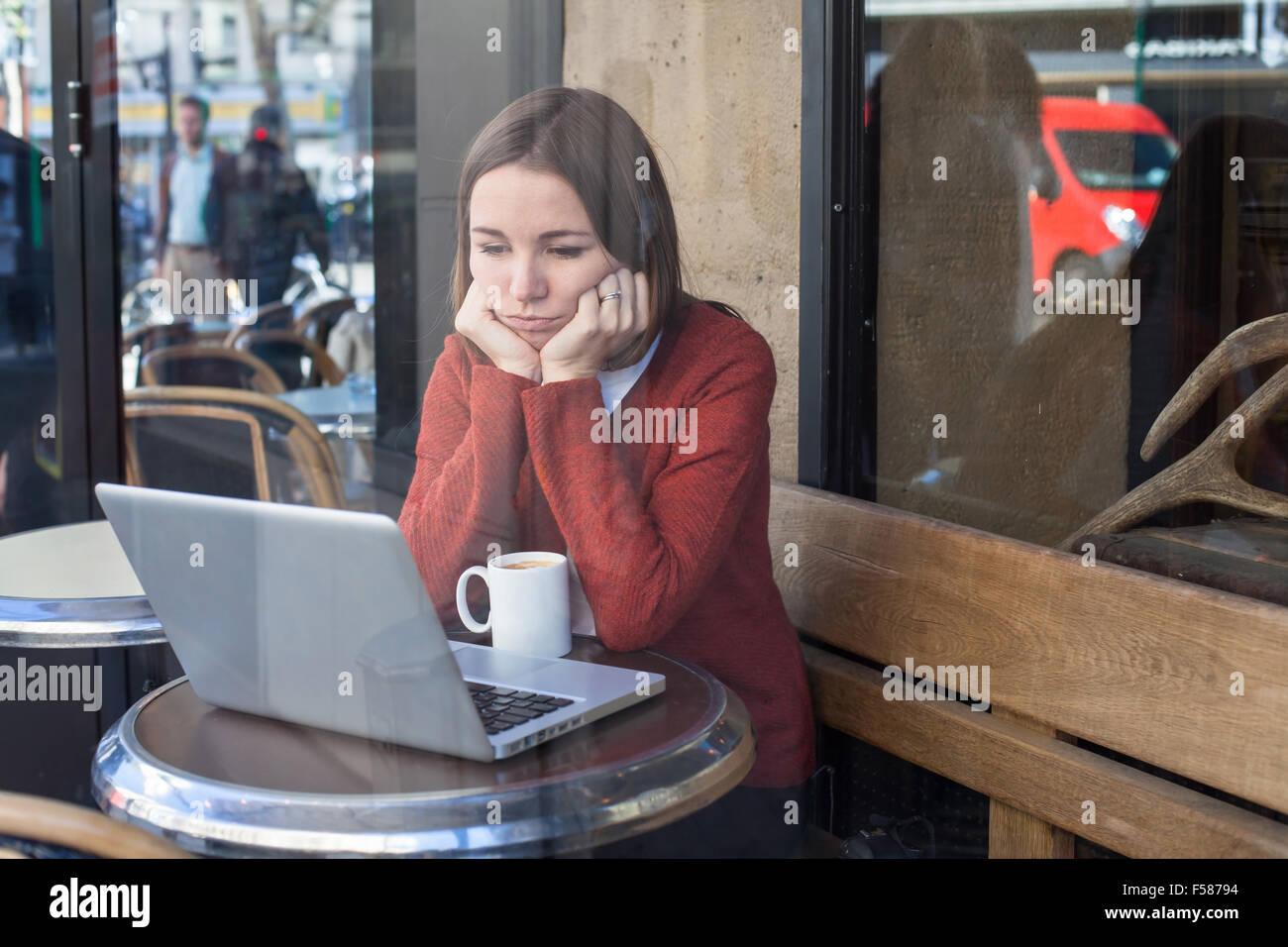 Concetto di invidia, annoiato triste donna nella parte anteriore del computer Immagini Stock