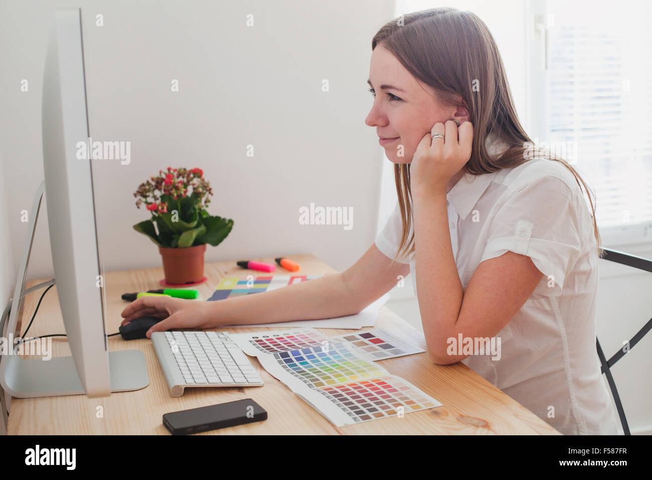 Designer che lavora con i colori Immagini Stock