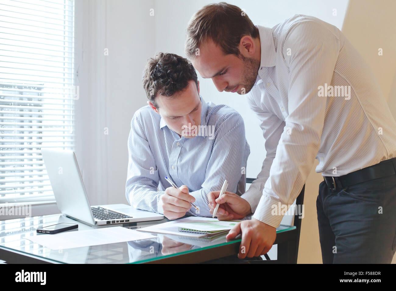 Il lavoro di squadra, due imprenditori lavora in ufficio Immagini Stock
