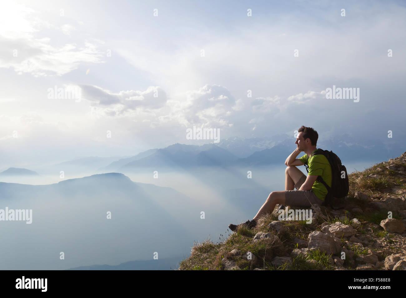 Traveler godendo di una vista panoramica durante l'escursione, bello sfondo con paesaggio di montagna Immagini Stock