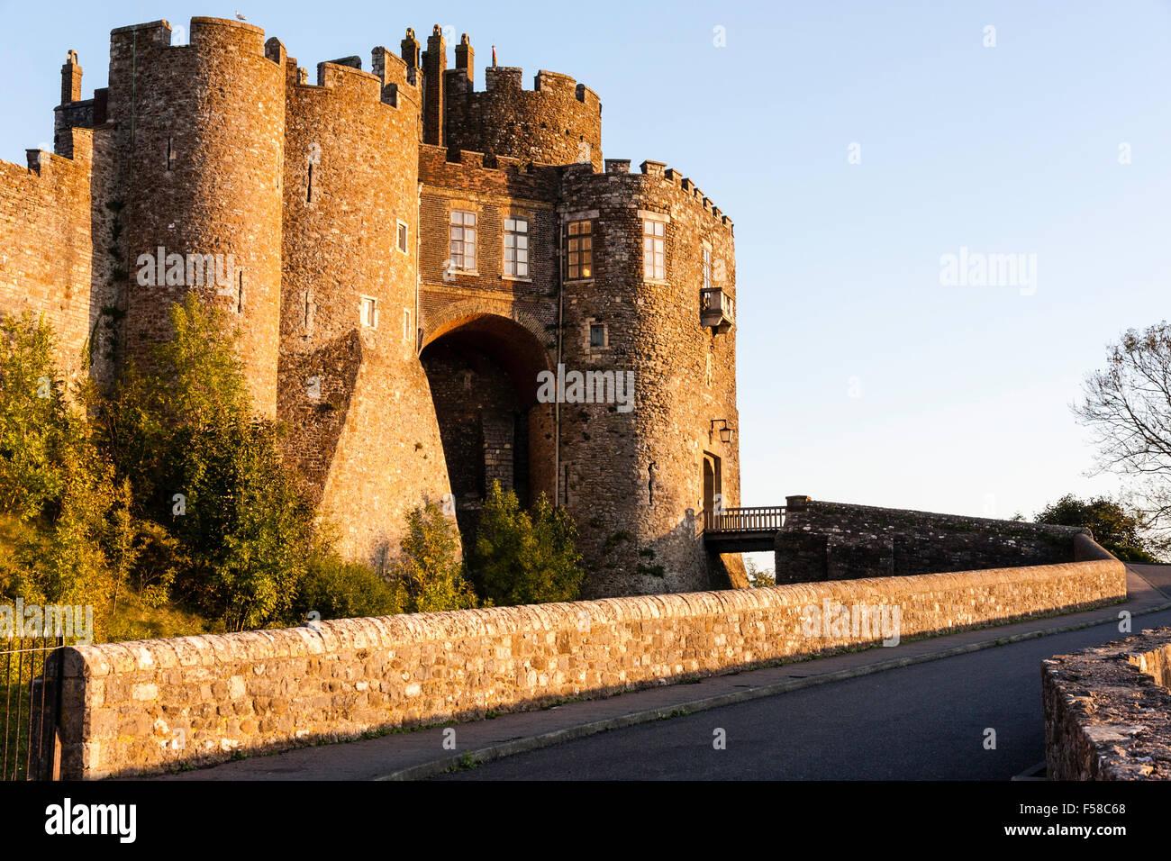 Pareti Doro : Inghilterra il castello di dover. limponente cancello poliziotti