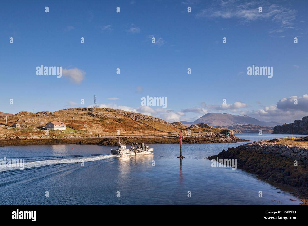Peschereccio che lascia il porto di Kinlochbervie, di un porto di pesca in Sutherland, Scotland, Regno Unito. Foto Stock
