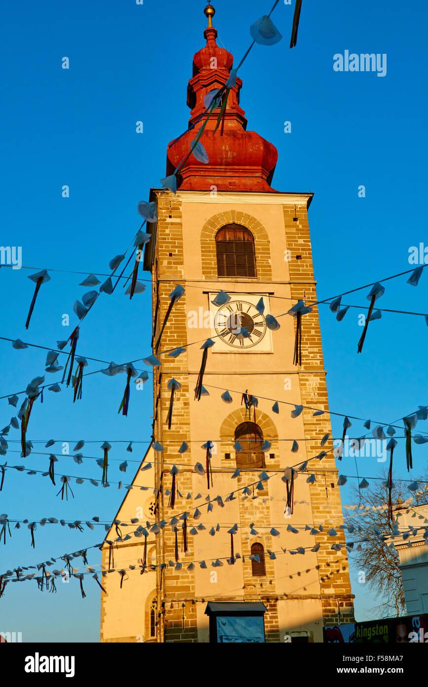 La Slovenia, inferiore Regione Stiria, Ptuj, città sul fiume Drava banche, la torre della città Immagini Stock