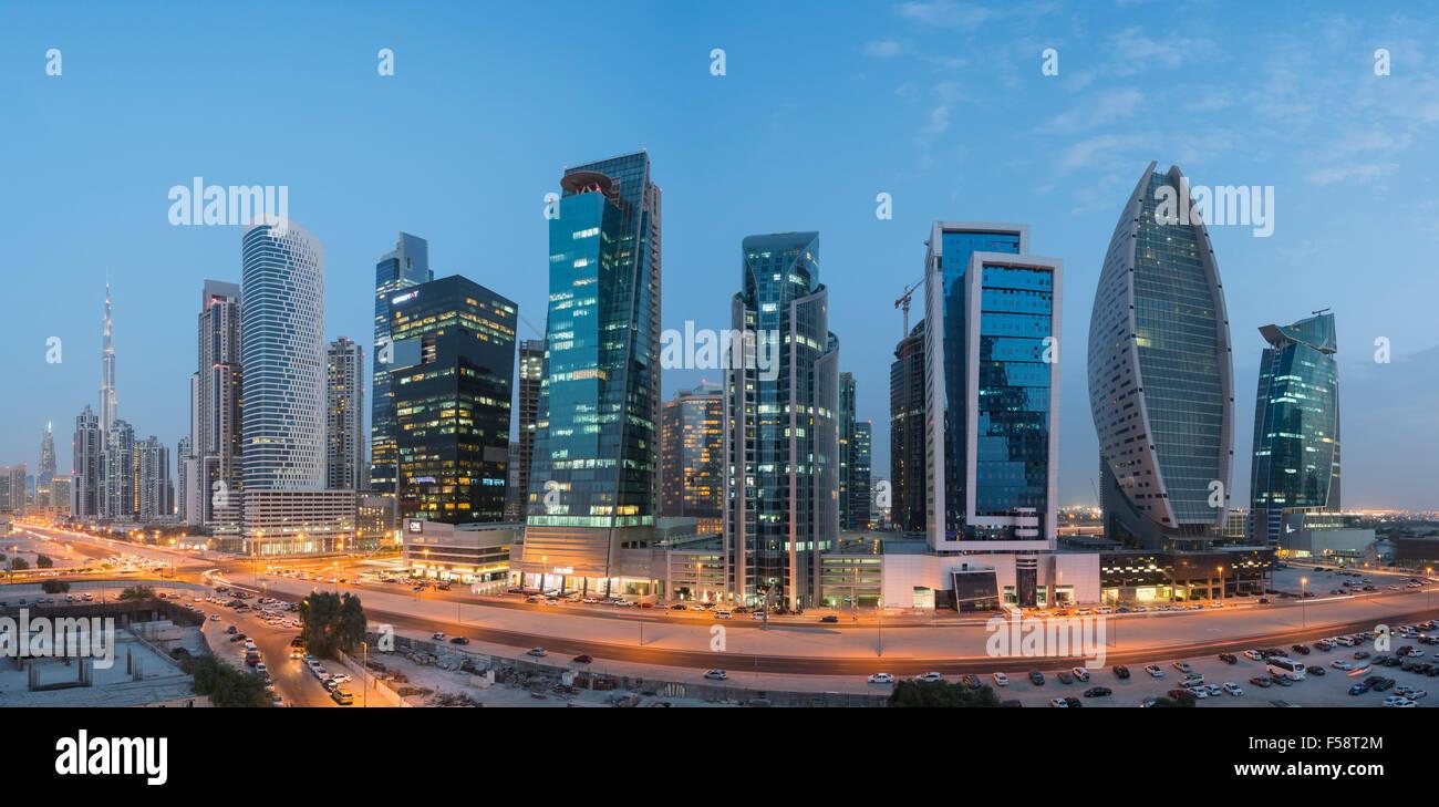 Panorama sullo skyline di nuove torri di uffici di notte nella baia di business district di Dubai Emirati Arabi Immagini Stock