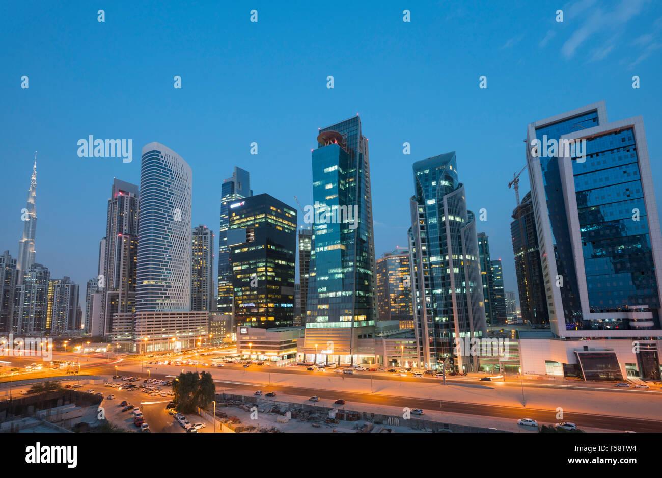 Skyline di nuove torri di uffici di notte nella baia di business district di Dubai Emirati Arabi Uniti Immagini Stock