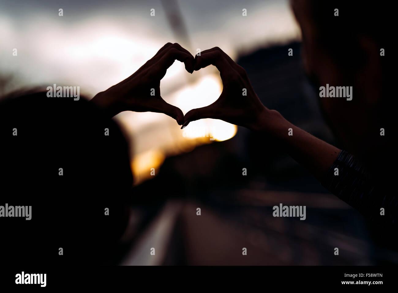 Silhouette di un cuore fatto a mano Immagini Stock